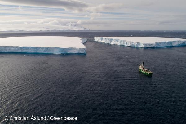남극 빙하와 그 앞에 있는 그린피스 아틱선라이즈호