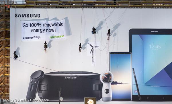 그린피스 활동가들이 삼성에 100% 재생가능에너지로의 전환을 요구하는 퍼포먼스를 펼치고 있다