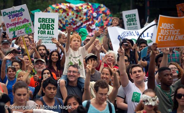 뉴욕 시민들이 지속가능한 발전과 녹색 일자리를 요구하는 기후행진에 함께 하고 있다.