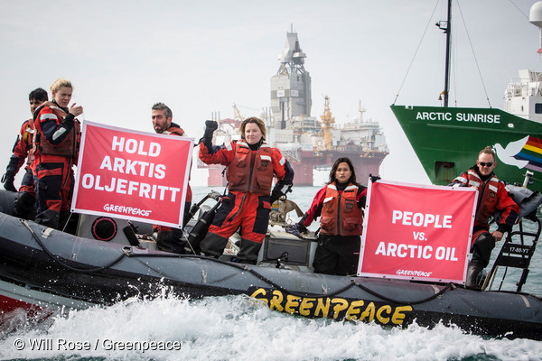 그린피스 활동가들이 노르웨이 바렌츠해에서 스타토일사의 석유시추를 반대하는 액션을 하고 있다.