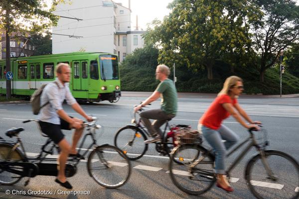 독일 하노버에서 달리는 트램과 자전거