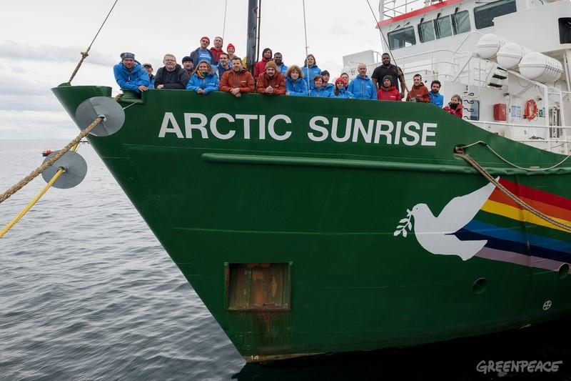 2018년 1월 8일, 첫 번째 남극 항해를 앞두고 칠레 푼타아레나스 항구에서 쉽투어에 참여하는 그린피스 직원 및 선원, 과학자들이 배에 올라 있는 모습