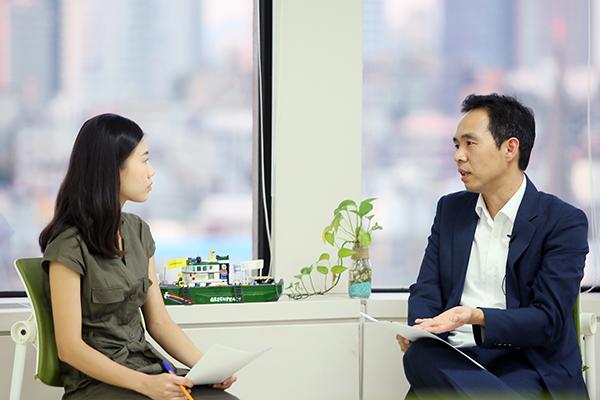 인터뷰 중인 김지석 님과 그린피스 이진선 기후에너지 캠페이너