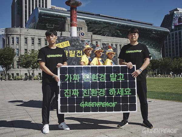 국제환경단체 그린피스는 20일(수) 서울 시청광장에서 친환경 에너지 전환을 촉구하는 퍼포먼스를 벌이고 있다. 그린피스 활동가들은 피노키오로 분장해 위험한 석탄발전소를 '친환경'으로 포장하는 민간석탄발전사인 포스코에너지, SK가스, 삼성물산을 비판했다. 그린피스는 기업들이 석탄발전소를 친환경으로 홍보하며 국민 건강과 안전을 위협하는 대신, 재생가능에너지로 전환해야 한다고 요구하고 있다.