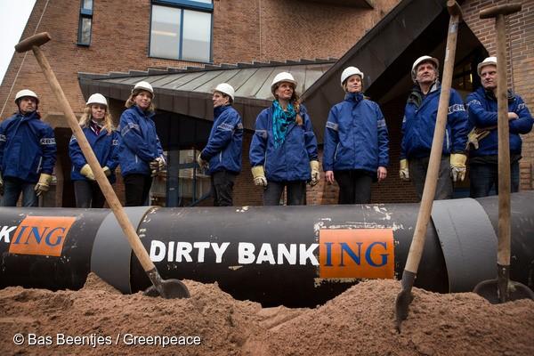 ING증권 본사 앞에서 미국 다코타 석유 파이프라인 사업 투자 중단을 요구하는 그린피스 활동가들