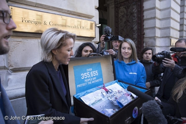 배우 질리언 앤더슨이 외무차관에게 영국시민 35만 명의 서명을 전달하고 있다