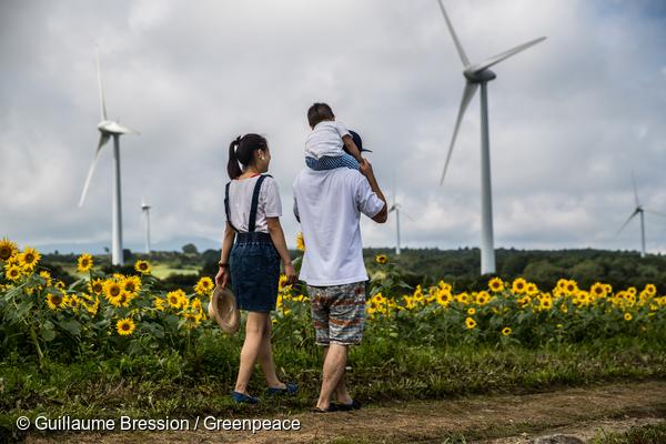 2011년 원전사고 이후 2040년까지 100% 재생가능에너지로의 전환을 약속한 일본 후쿠시마현의 풍력발전소.