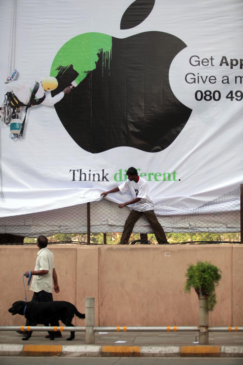 그린피스 활동가들이 애플 인도 본사 앞에서 그린에너지로의 전환을 요구하는 액션을 펼치고 있다