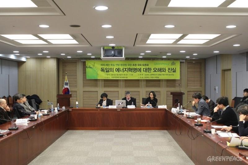 기조발표 뒤 서울대 윤순진 환경대학원 교수가 좌장을 맡아 진행된 재생가능에너지 확대에 대한 국내 전문가들의 토론