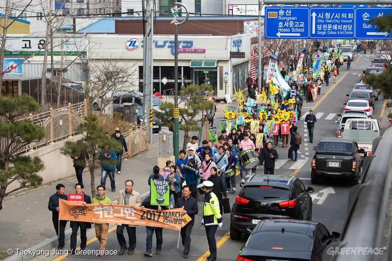 참가자들은 당진문예의전당에서 '세계 최대 석탄발전소 그만'이라고 적힌 초대형 현수막과 함께 퍼포먼스를 벌였고, 오후 3시부터 당진 시내 약 1킬로미터 구간에서 평화 도보 행진을 이어갔다.