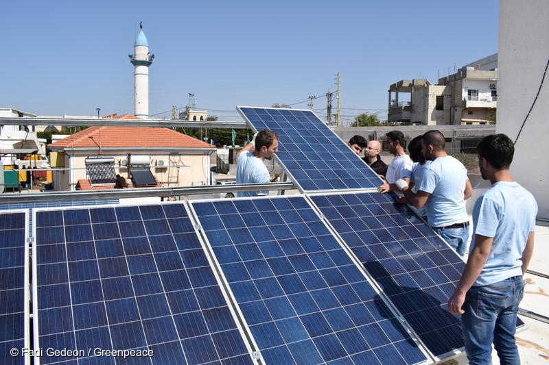 남부 레바논에서 사람들이 태양광 패널을 설치하고 있다.