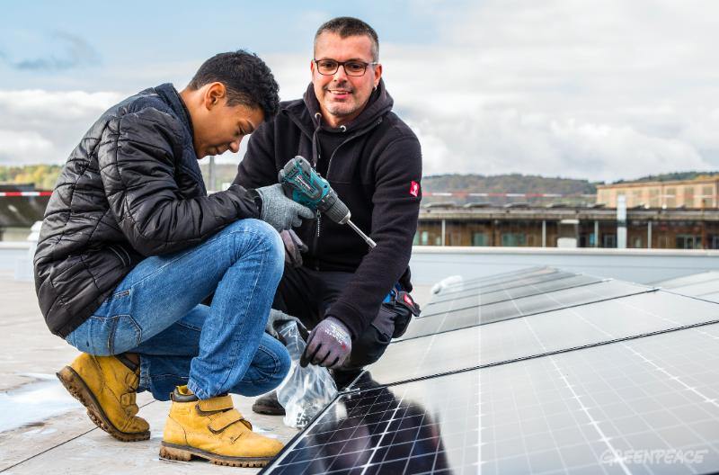 Jugend Solar Differdange : Die Jugendlichen lernen, wie man Solarpaneele installiert.