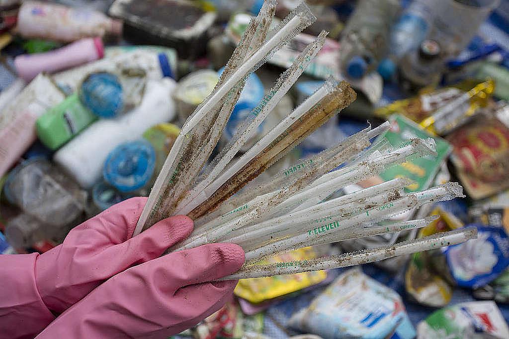 Greenpeace-Freiwillige führen Sammelaktionen am Wonnapa Strand, Provinz Chonburi, am World Cleanup Day durch. Die Aktivität zielt darauf ab, die Unternehmen dazu aufzufordern, Verantwortung für das Problem der Plastikverschmutzung durch Plastikverpackungen zu übernehmen.