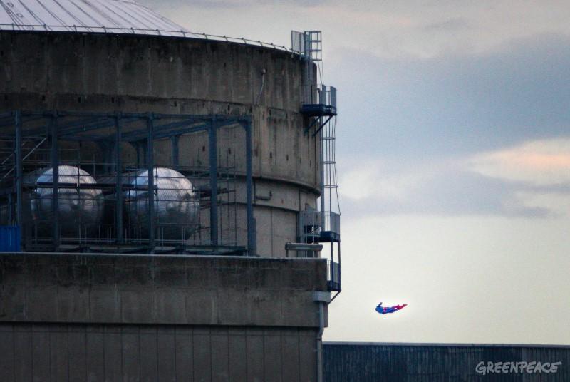 Un drone transformé en Superman et piloté par des militant-e-s de Greenpeace France a survolé la centrale de Bugey et s'est écrasé contre le mur de la piscine d'entreposage de combustible usé. Cette action démontre l'extrême vulnérabilité de ce bâtiment qui contient le plus de radioactivité dans une centrale nucléaire.