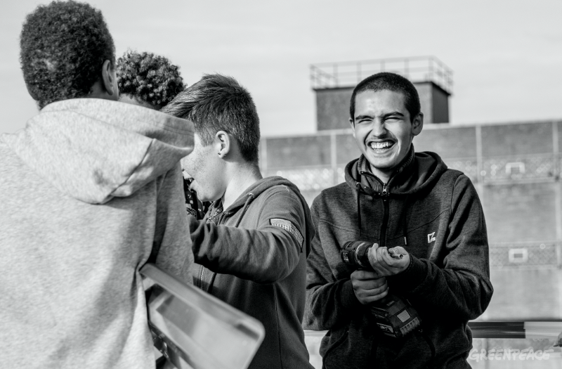 Differdingen: Die Jugendlichen amüsieren sich beim Aufbau der Solarinstallation.