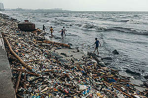 Riesige Mengen an Müll wurden an das Ufern der Manila Bay auf den Philippinen nach dem Typhoon Yagi gespült. Die Stadt Manila ist mit Plastikmüll überflutet. Dennoch will die Kunststoffindustrie die Produktion im nächsten Jahrzehnt um 40% steigern.