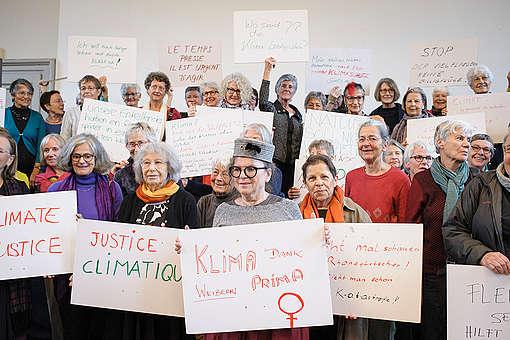 Un groupe de personnes âgées dépose une plainte légale contre la politique climatique du gouvernement suisse
