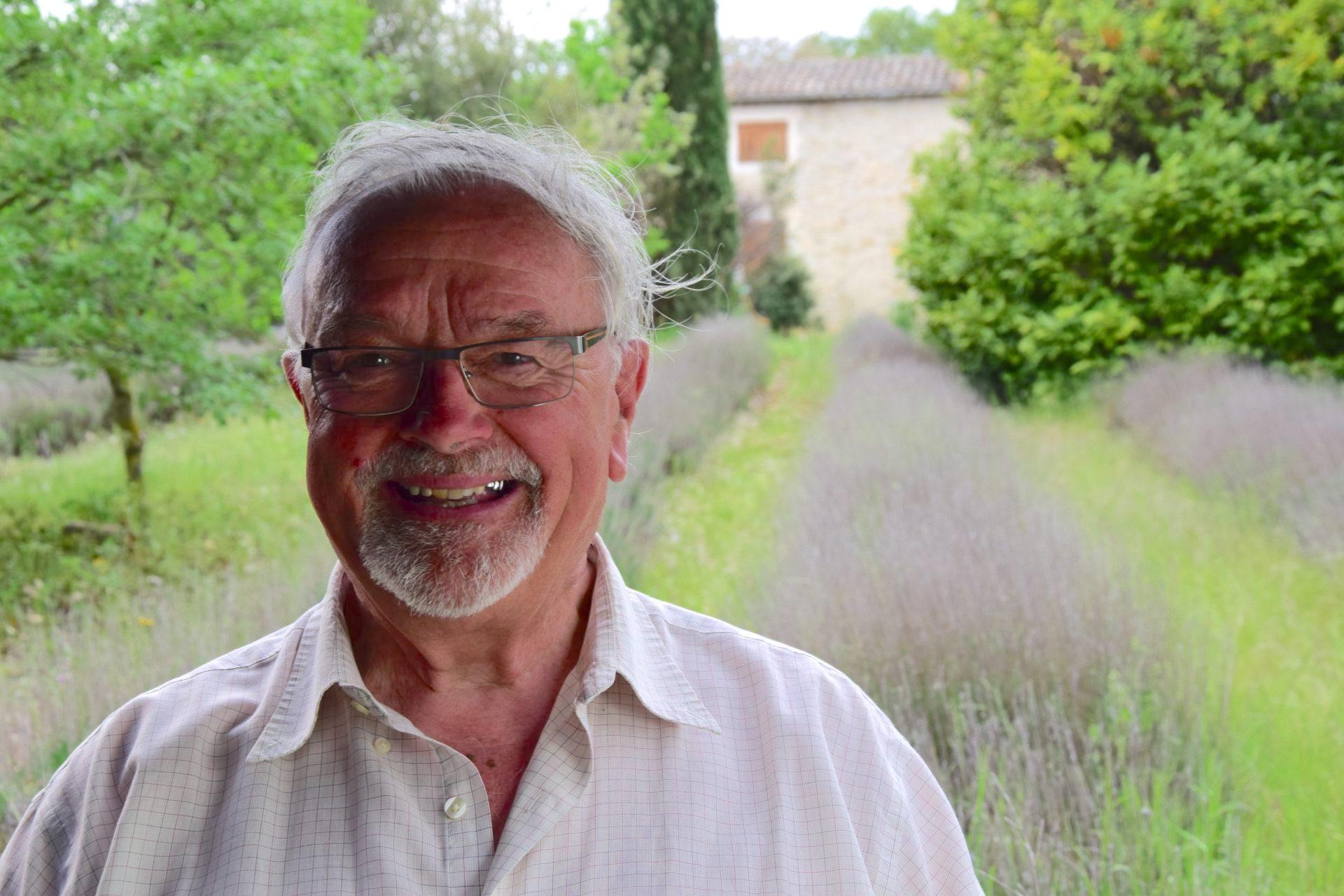 Maurice Feschet, devant ses champs de lavande à Grignan (Drôme)