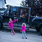 Makenna, 7, und Mia, 3, leben in Fort McMurray im kanadischen Alberta; ihre Eltern arbeiten in der Ölsand-Industrie. Die Schwestern hat Ian Willms fotografiert; er gewann den Jurypreis beim Greenpeace Photo Award 2018. Mit dem Preisgeld will er Menschen in der Region um Fort McMurray porträtieren - und die Umweltzerstörung, die die Teersandgewinnung anrichtet.