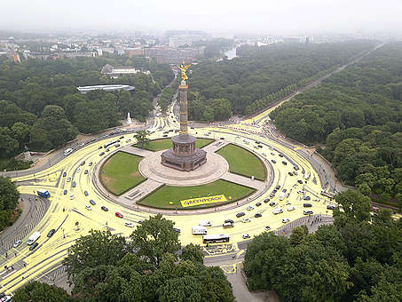 Greenpeace Protest mit Sonnensymbol an der Berliner Siegessaeule