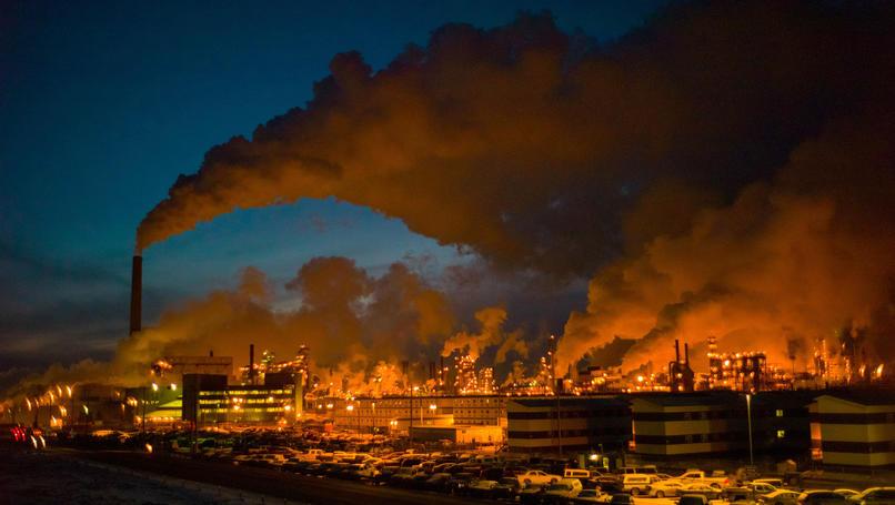 Eine gigantische Industrieanlage schickt Rauchschwaden in den Nachthimmel über Alberta. Die Teersandförderung dort verursacht enorme Mengen Treibhausgase und hinterlässt giftige, krebsfördernde Rückstände. Fotojournalist Ian Willms will zeigen, wie die Menschen mit der Belastung leben.