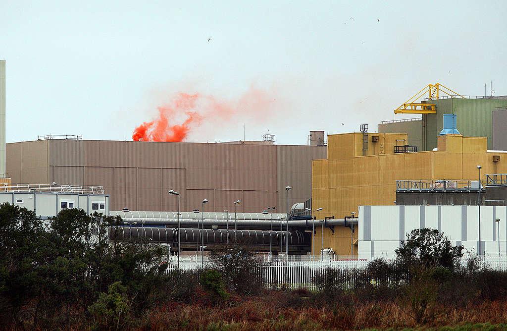 Action : des fumigènes sur le toit de la piscine de l'usine La Hague