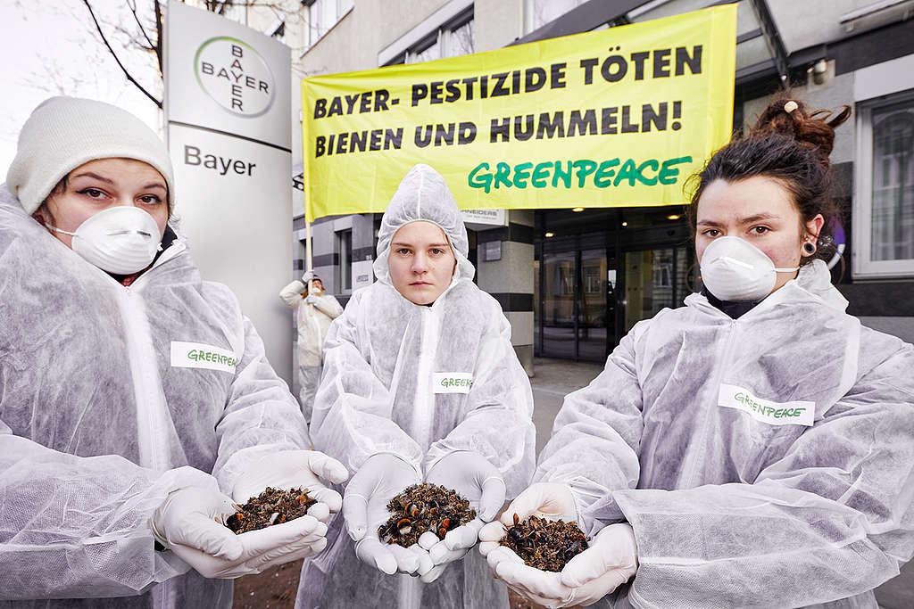 Bees Action at Bayer HQ in Vienna. © Mitja Kobal