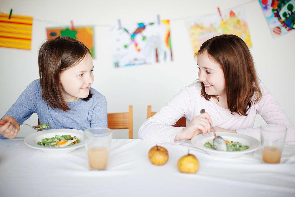 Enfants mangeant des aliments écologiques dans une cantine scolaire en Hongrie