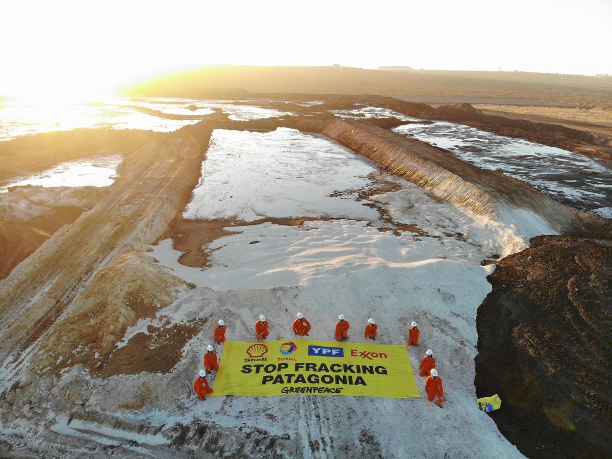 Le site d'enfouissement toxique, d'une taille équivalente à 15 terrains de football, est utilisé par les compagnies pétrolières qui forent la Patagonie.