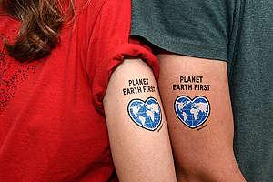 """Temporäre Tattoos """"Planet Earth First"""" für den G20 Gipfel in Hamburg"""