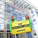 Aktivisten stehen vor dem EIB-Gebäude in Luxemburg. Sie halten ein Banner, das die EIB auffordert, die Investitionen in fossile Brennstoffe einzustellen.