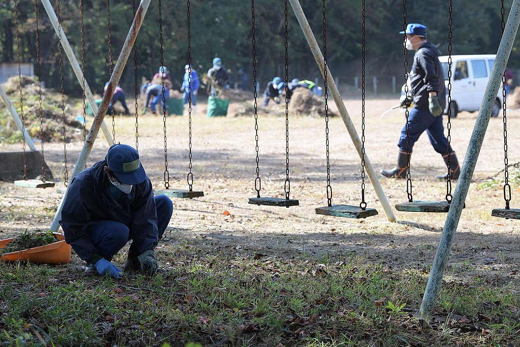 Arbeiter an der Schule in Namie, Präfektur Fukushima