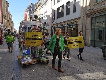 Dans le cadre de la campagne anti-plastique, des bénévoles de Greenpeace ont promené un 'PlasticMonster' à Esch.