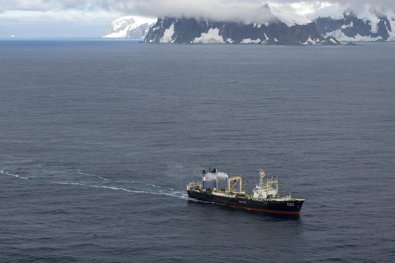 Un navire de pêche au Krill dans l'Antarctique © Daniel Beltrá / Greenpeace
