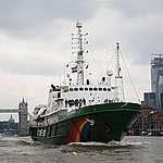 Die Esperanza in London, im Hintergrund die Tower Bridge. Von hier aus geht es für das Greenpeace-Schiff auf eine einjährige Expedition.