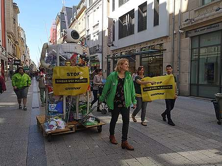 Im Rahmen der Anti-Plastik-Kampagne sind Greenpeace-Freiwillige mit einem Plastikmonster durch Esch spaziert.