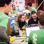 Mit dem Repair Café fuer Smartphones bietet die Greenpeace Gruppe Hamburg Besuchern die Moeglichkeit unter fachlicher Anleitung ihr Smartphone zu reparieren. Die Umweltschuetzer informieren darueber, dass ein kaputtes Display oder ein defekter Akku kein Grund sind, das Geraet aufzugeben. Jede Reparatur verlaengert die Lebensdauer eines Smartphones, spart wertvolle Rohstoffe und schuetzt die Umwelt.