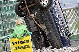 """Greenpeace-Aktivisten aus Deutschland, Polen, Belgien und Luxemburg demonstrierten heute friedlich vor dem """"European Conference Center Luxembourg"""" (ECCL), wo heute eine Ratssitzung der EU-Verkehrsminister (Transport Council) stattfindet."""