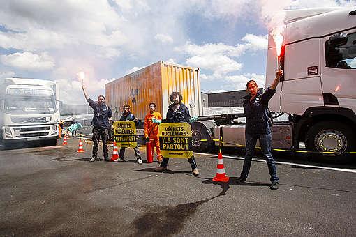 Un convoi nucléaire marqué par Greenpeace circule sur l'A13 en Île-de-France