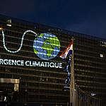 Les activistes ont projeté une animation de la Terre sous forme de bombe à retardement sur le bâtiment de la Commission Européenne.