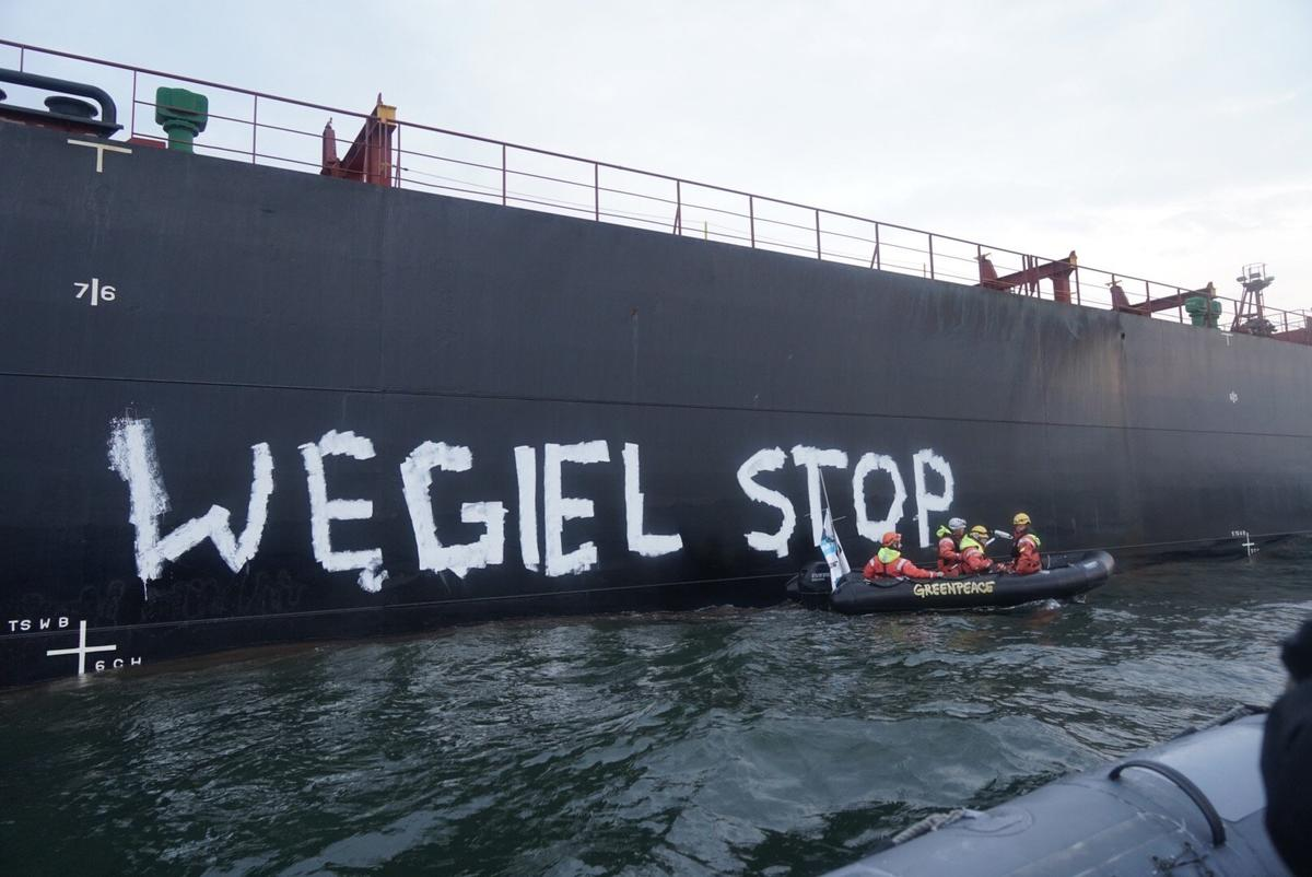 Activists Stop Coal Import to Poland. © Rafal Wojczal / Greenpeace