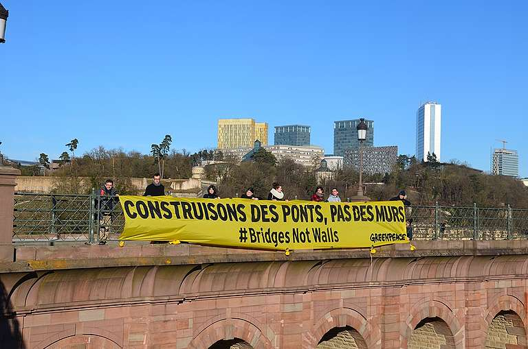 Bridges not Walls Banner in Luxembourg-City. © Philippe Schockweiler / Greenpeace