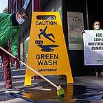Action de Greenpeace devant le siège du fonds de pension luxembourgeois pour dénoncer le greenwashing avec des panneaux géants