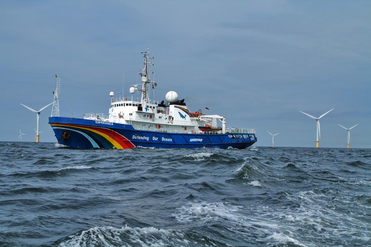 Greenpeace ship the Esperanza visits windpark Prinses Amalia in the North Sea. © Greenpeace / Gerard Til