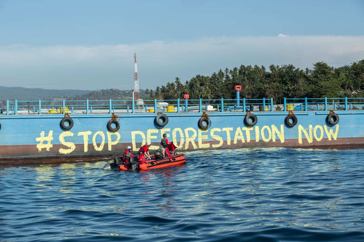 Direct Action at Wilmar Refinery in North Sulawesi. © Rendra Hernawan / Greenpeace