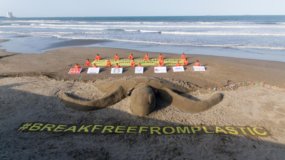 Earth Day Break Free from Plastics Action in Mexico. © Oscar Martinez / Greenpeace