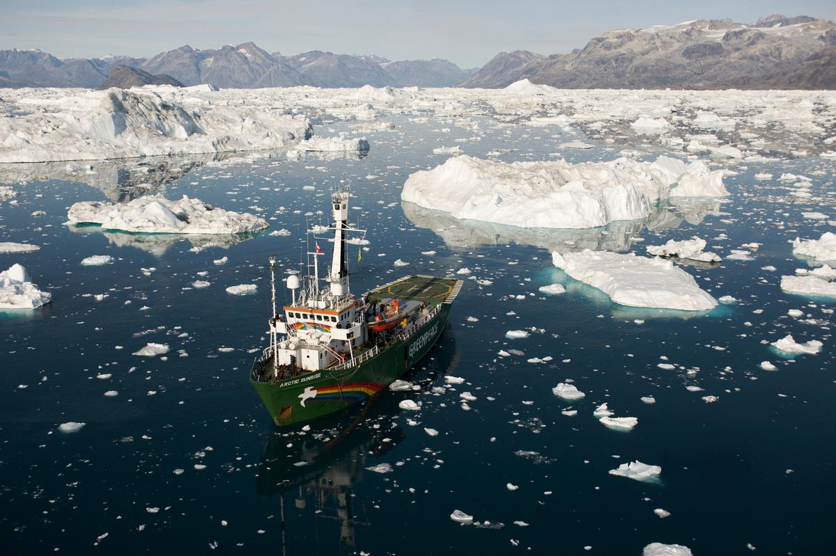 Arctic Sunrise off Greenland. © Markus Mauthe / Greenpeace