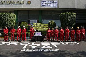 Activistas de Greenpeace se manifestaron en las instalaciones de la Secretaría de Movilidad de la Ciudad de México (Semovi).