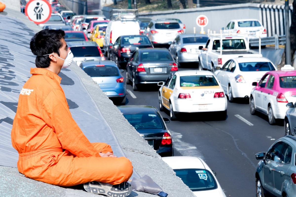 Protesta de activistas de Greenpeace en el Viaducto de la CDMX