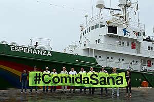 Visita del gobernador de Yucatán al barco Esperanza de Greenpeace